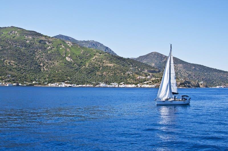 Bateau à voile sur la mer Égée près de l'île de Nisyros photo libre de droits