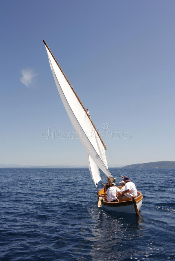 Download Bateau à voiles image stock éditorial. Image du sailboat - 87701474