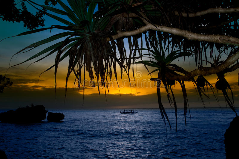 Bateau à voiles au coucher du soleil image stock
