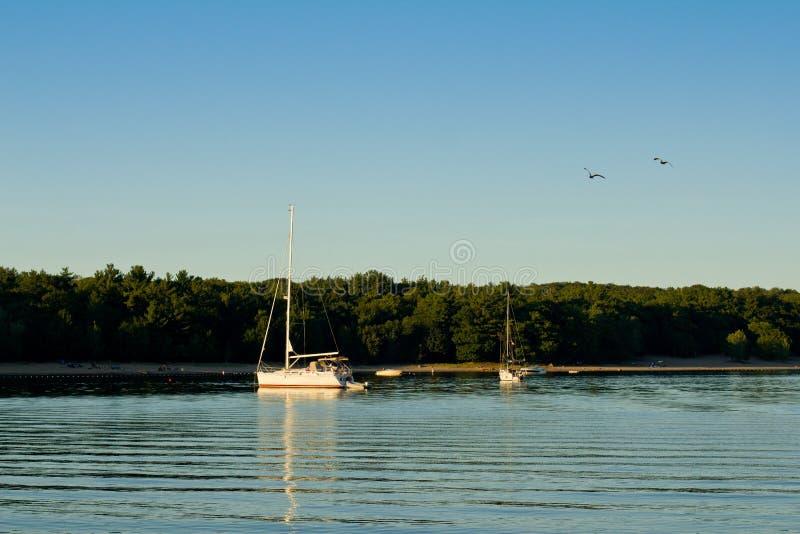 Bateau à voiles blanc sur un lac tranquille photos libres de droits