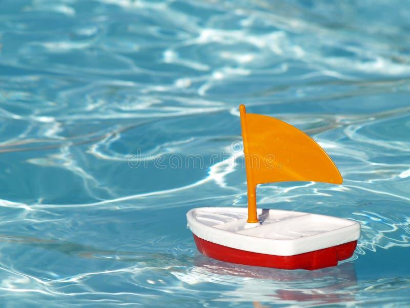 Bateau à voiles dans la piscine photos libres de droits
