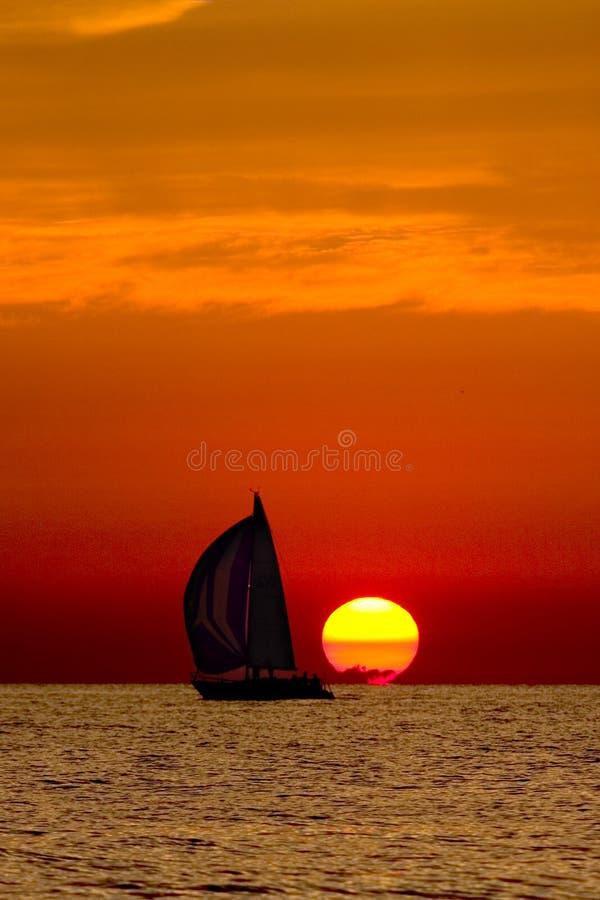 Bateau à voiles dans le coucher du soleil. photos stock