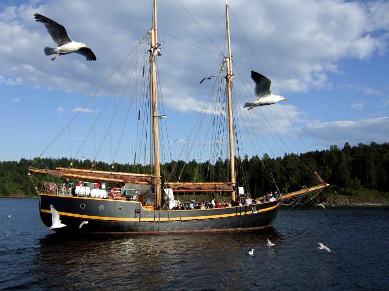Bateau à voiles dans le fjord norvégien photos stock