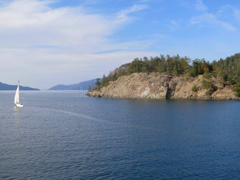 Bateau à voiles dans les eaux calmes photographie stock