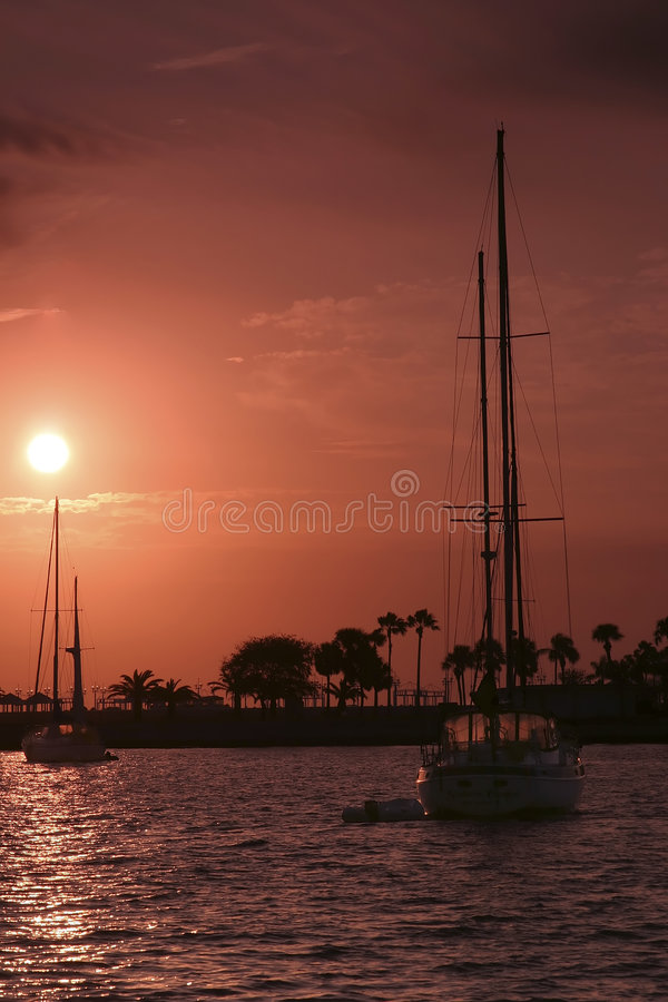 Bateau à voiles de lever de soleil photo libre de droits