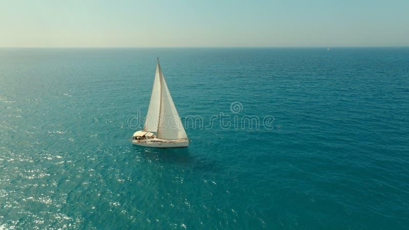 Bateau à voiles en mer images libres de droits
