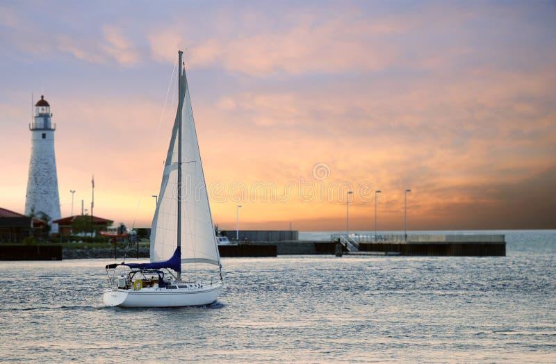 Bateau à voiles quittant la marina photo libre de droits