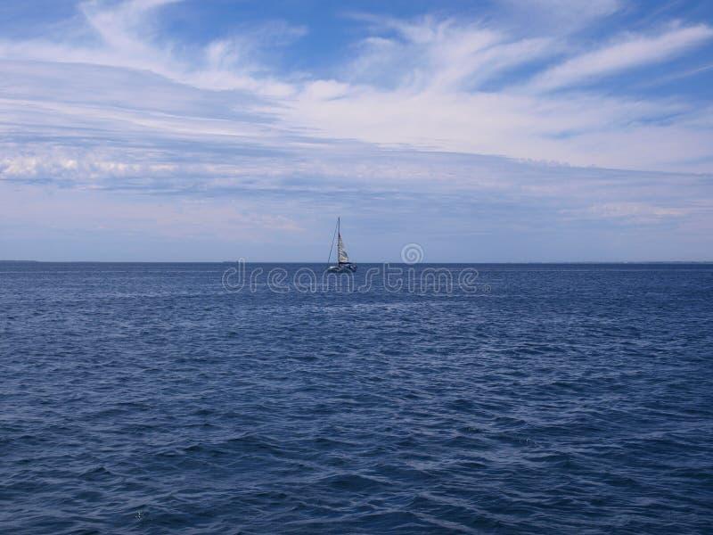 Bateau à voiles sur l'océan photo libre de droits