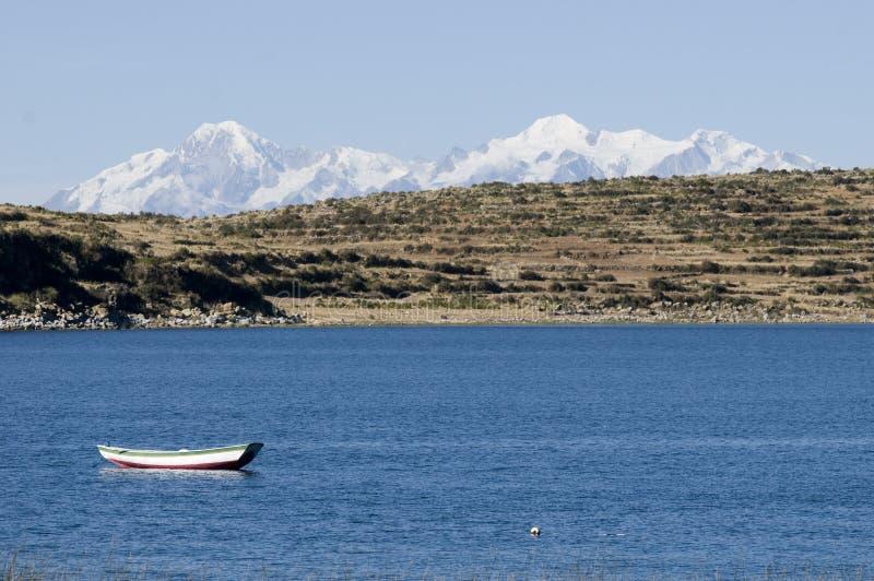 Bateau à voiles sur le lac de titicaca photographie stock libre de droits