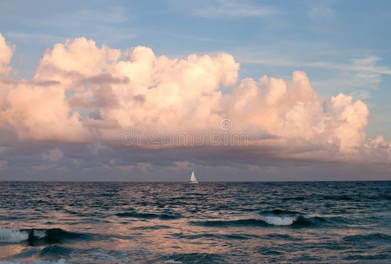 Bateau à voiles sur une mer foncée images stock