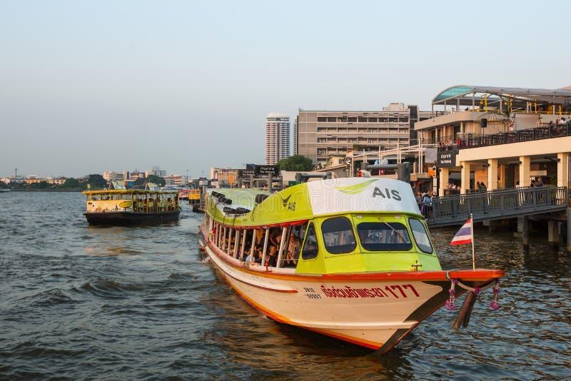 bateau Local de transport sur la rivière de Chao Phraya d' image libre de droits