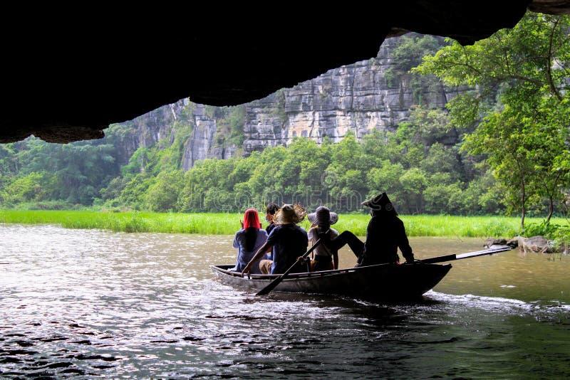 Bateau émergeant d'une caverne photographie stock