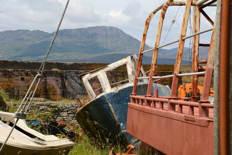Bateau abandonné dans le chantier de construction navale photographie stock