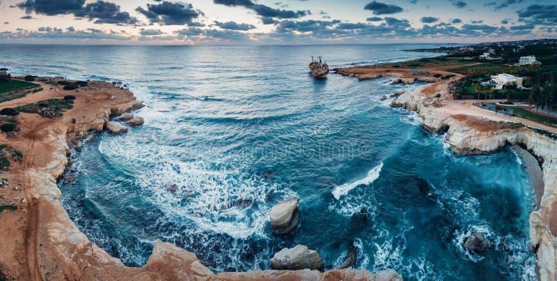 Bateau abandonné Edro III près de plage de la Chypre images stock