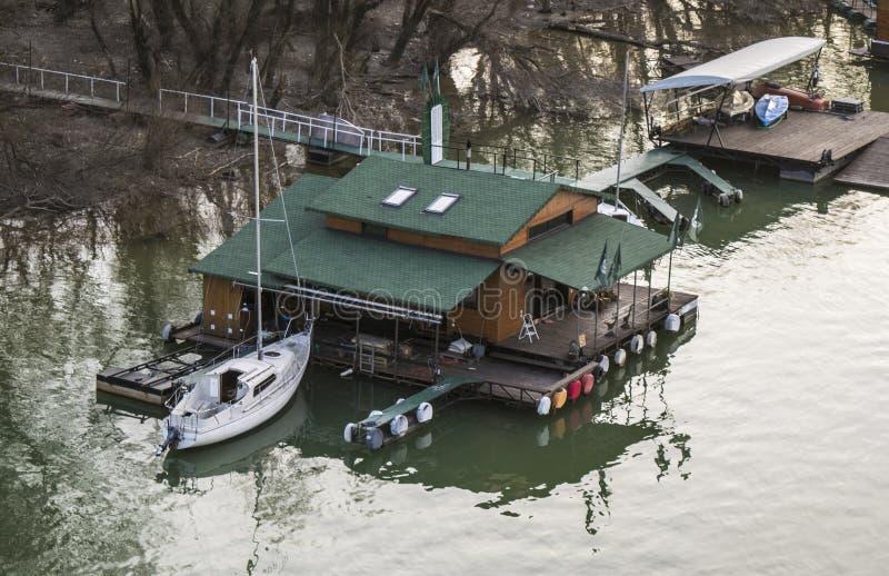 Bateau accouplé à la maison en bois sur Danube images libres de droits