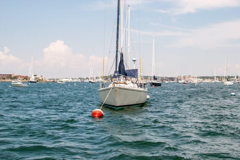 Bateau accouplé dans la baie Eau libre avec le voilier ancré photo stock