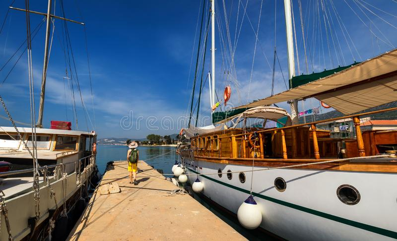 Bateau accouplé dans le port Accouplement sur le pilier dans le méditerranéen Yacht garé au dock Touriste avec le sac à dos march photo stock