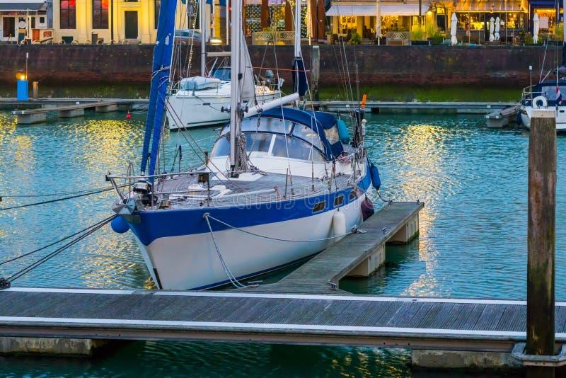 Bateau accouplé dans le port du vlissingen, ville populaire en Zélande, Pays-Bas photos libres de droits
