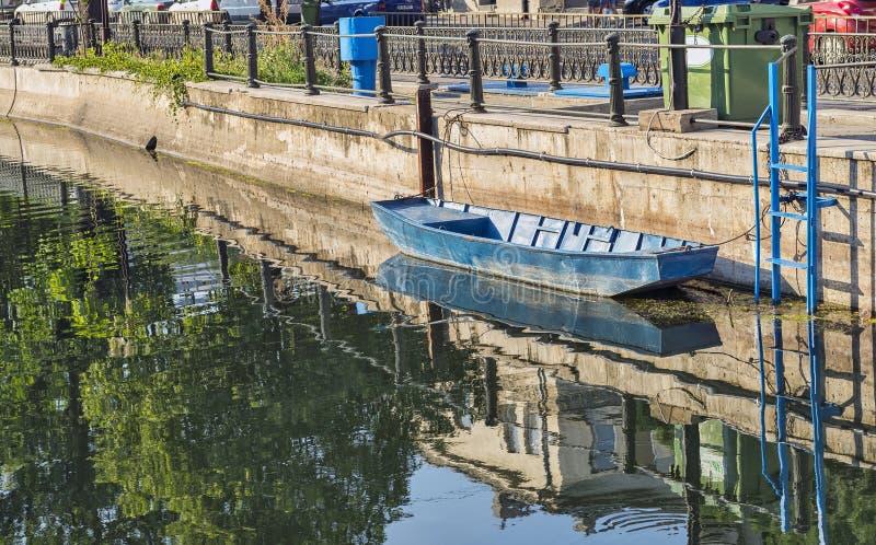 Bateau accouplé sur la rivière de Dambovita à Bucarest images stock