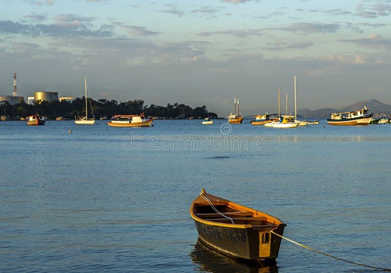Bateau accoupl? Bateau en bois accouplé en mer calme photo libre de droits