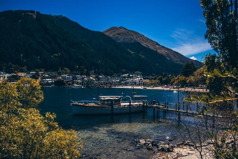 Bateau amarré dans la belle lagune bleue image libre de droits