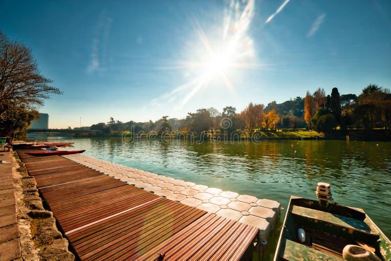 Bateau amarré dans le lac de ville image libre de droits