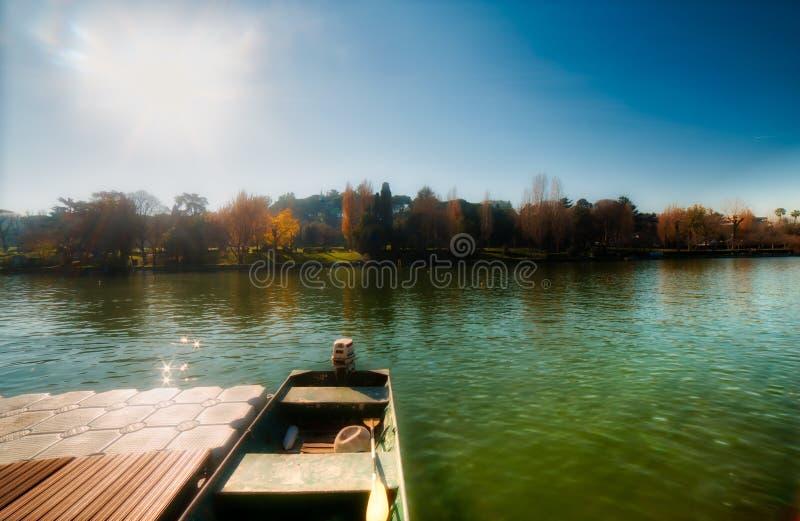 Bateau amarré dans le lac de ville photographie stock