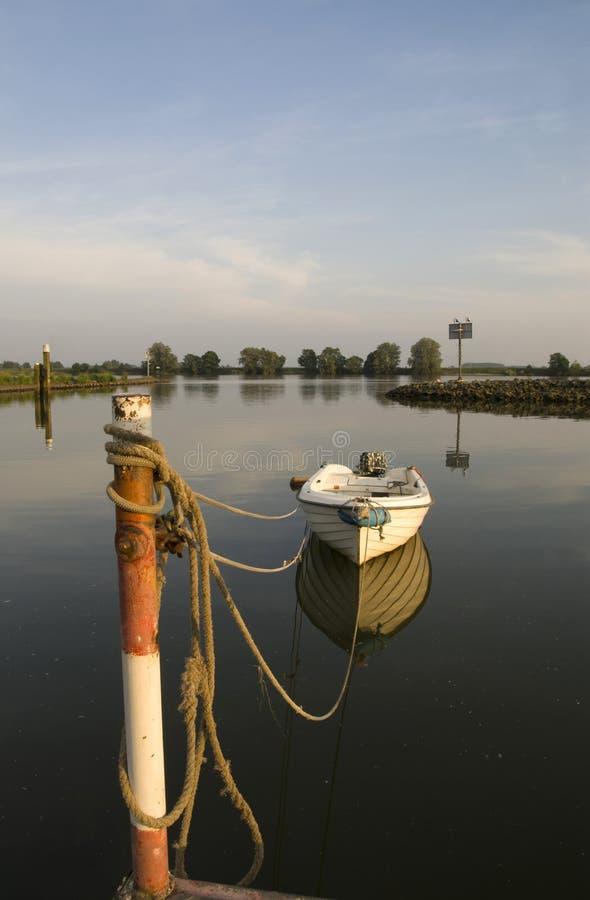 Bateau amarré en rivière Merwede image libre de droits