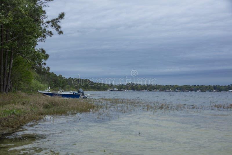 Bateau amarré sur le rivage Kingsley Lake photos libres de droits
