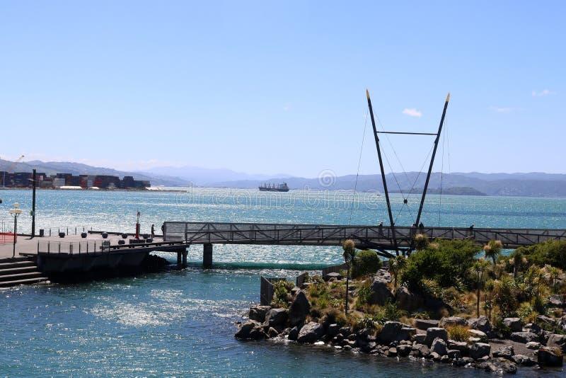 Bateau ancré outre de Wellington de bord de mer Wellington photos stock