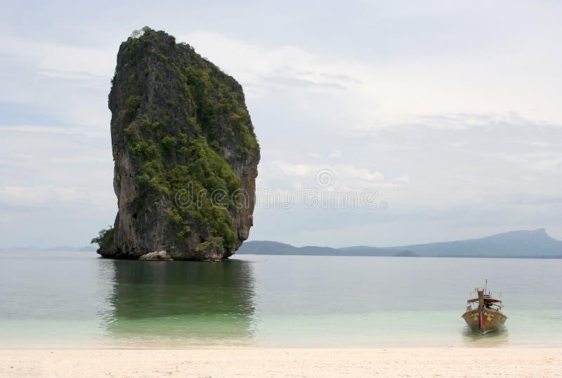 Bateau ancré sur la plage photographie stock