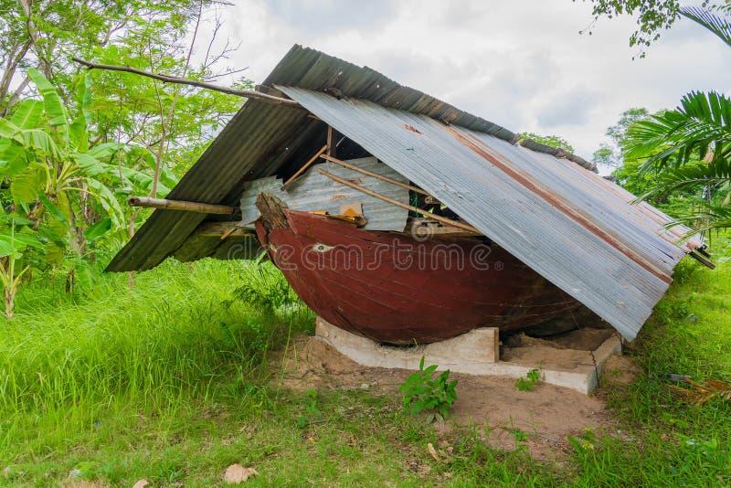Bateau antique d'épave sur la zone rurale de Bangkok photos libres de droits