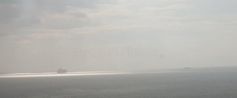 Bateau au-dessus de la mer dans l'éclat du soleil photo libre de droits