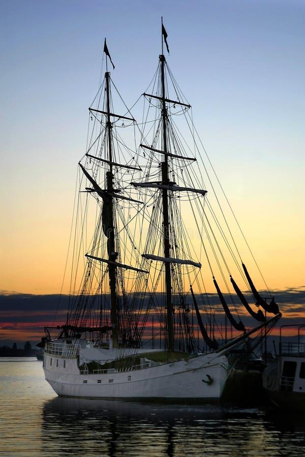 Bateau au dock au coucher du soleil photo stock