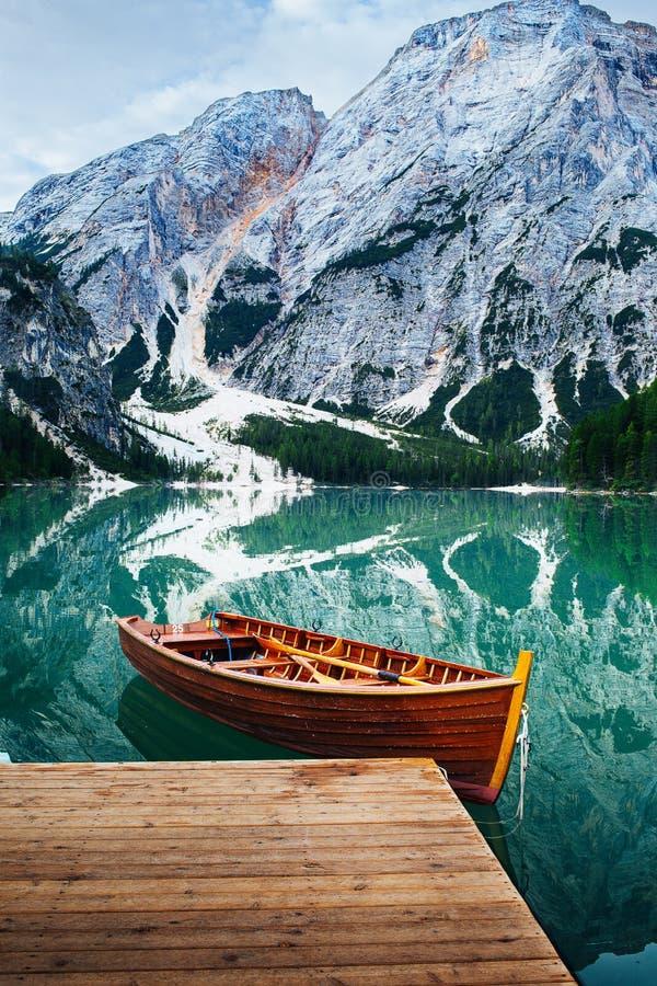 Bateau aux dolomites Italie de braies de lac images libres de droits