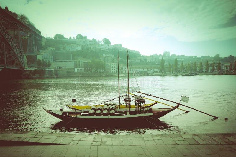 Bateau avec des barils de vin à la couchette Fleuve de Douro ville de Por photographie stock