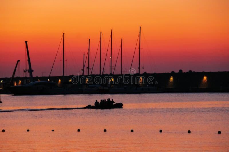 Bateau avec des personnes dans le petit port de Marciana, Elba Island photos stock