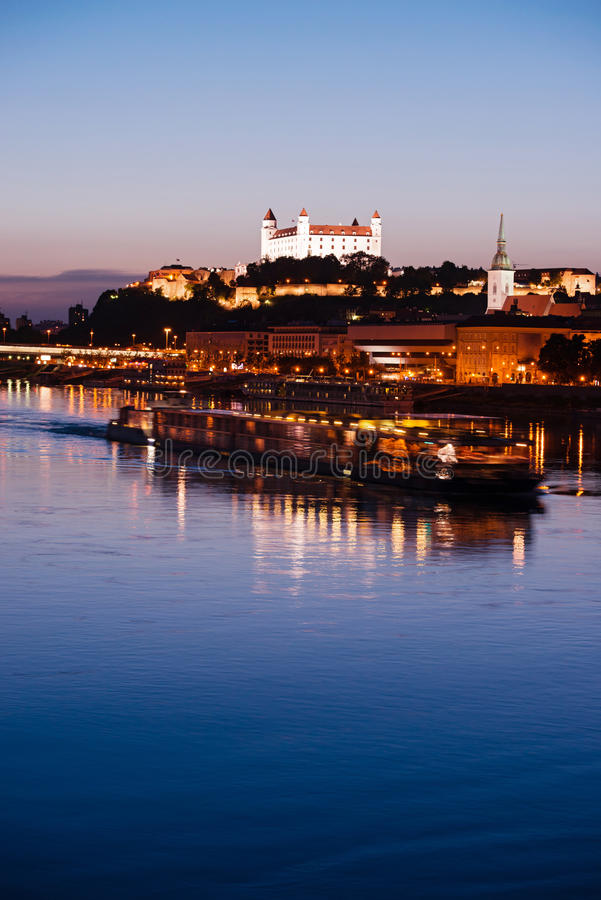 Bateau avec des touristes sur le fleuve de Danube photographie stock