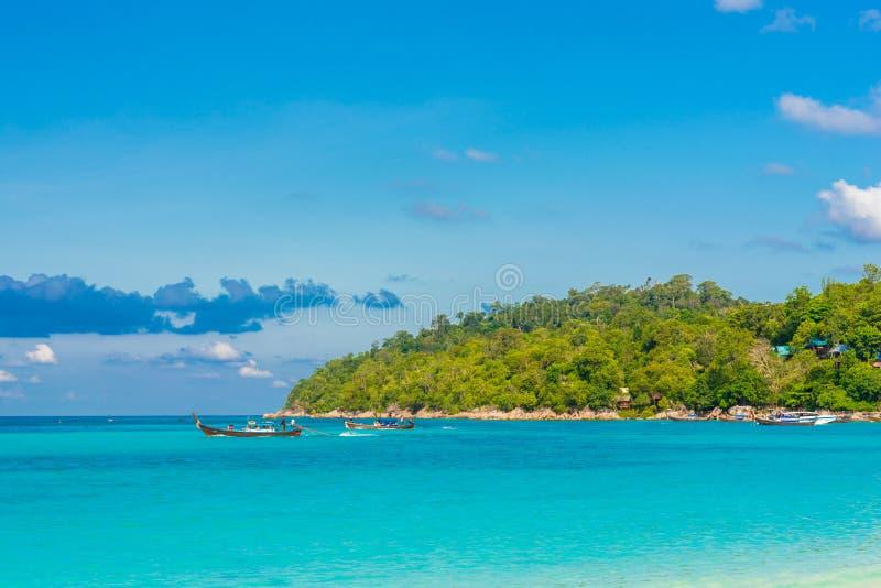 Bateau avec du temps de vacances de fond de mer et de ciel images libres de droits