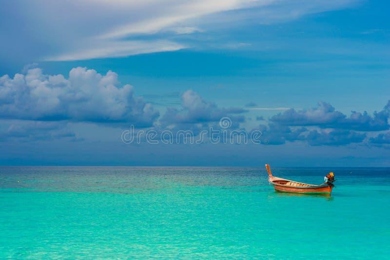 Bateau avec du temps de vacances de fond de mer et de ciel photographie stock libre de droits