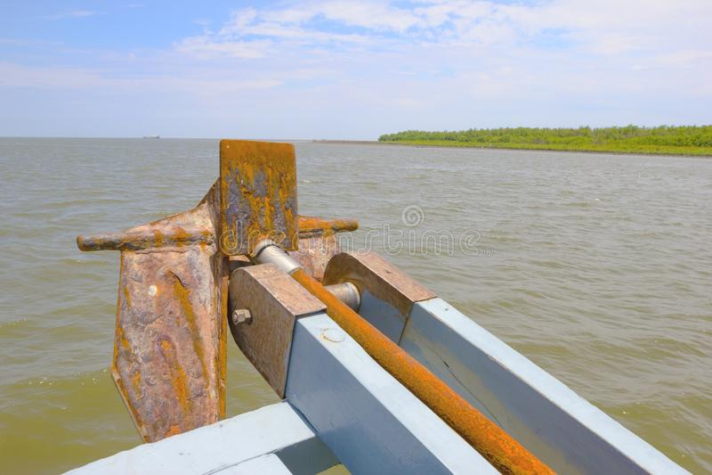 Bateau avec l'ancre sur l'océan photographie stock