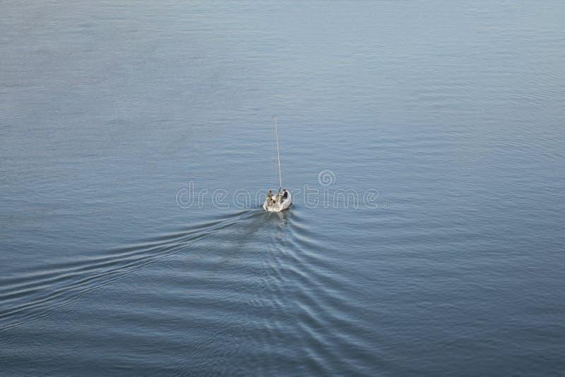 Bateau avec trois types naviguant sur la rivière Save images libres de droits