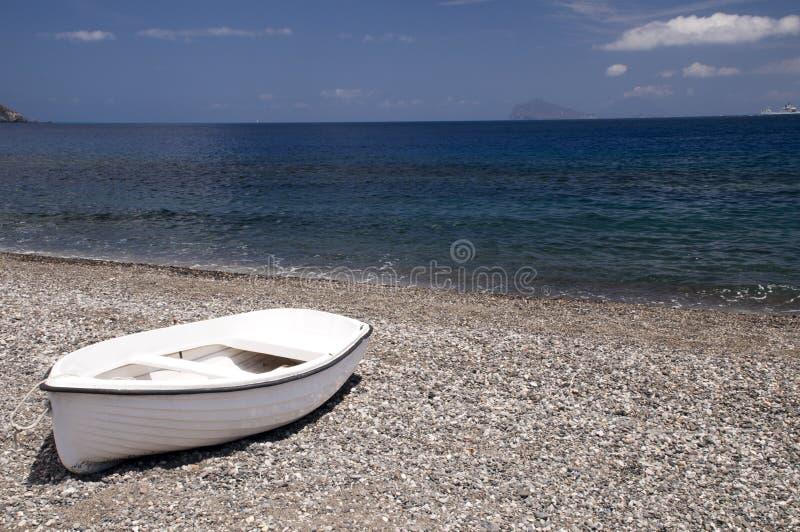 Bateau blanc à la plage photos stock