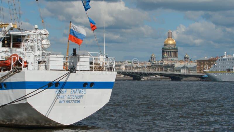 Bateau blanc sur la cathédrale de rivière de Neva et de ` s d'Isaac pendant l'été images libres de droits
