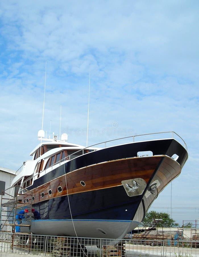 Bateau bleu dans le chantier naval ! photo libre de droits