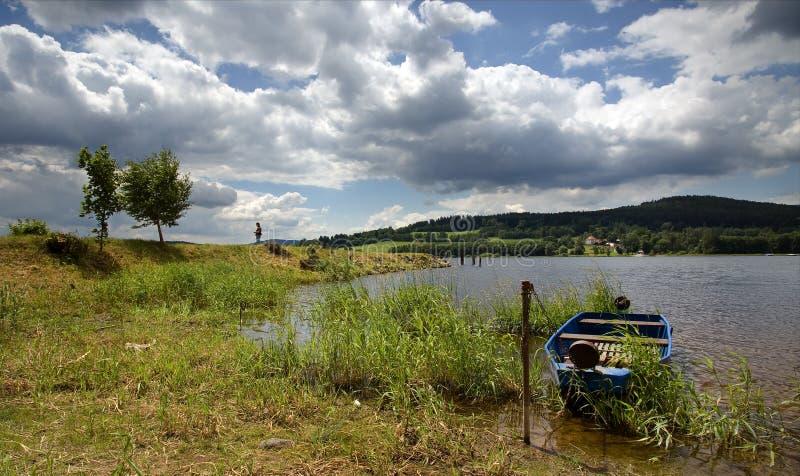 Bateau bleu sur le lac photographie stock libre de droits