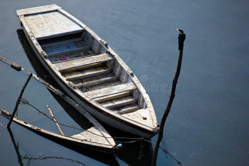 Bateau causé par inondation coulé photographie stock libre de droits