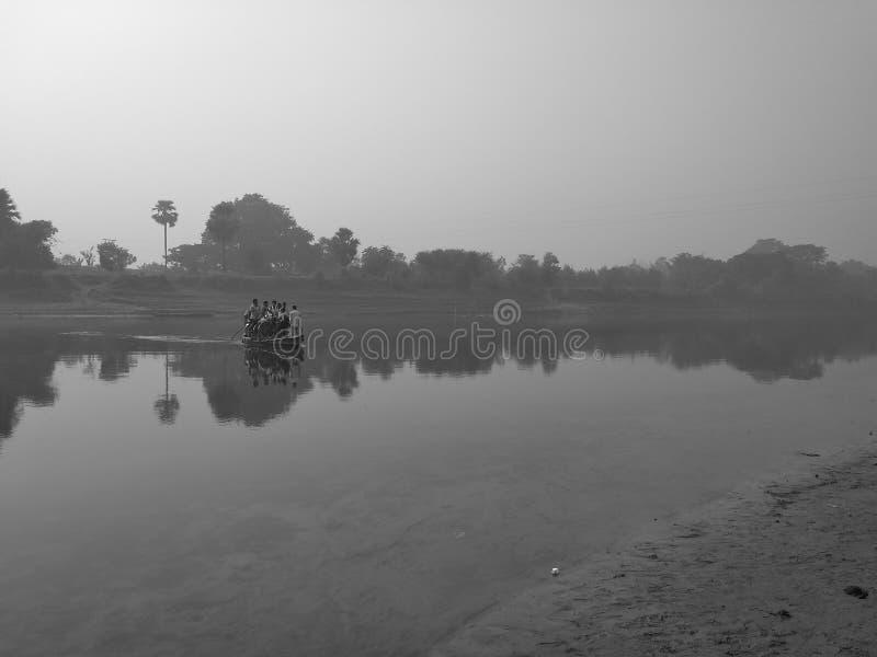 Bateau chargé avec des peuples en rivière photos stock