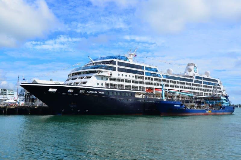 Bateau-citerne de carburant de mer réapprovisionnant en combustible un bateau de croisière dans les ports d'Auckland photographie stock libre de droits