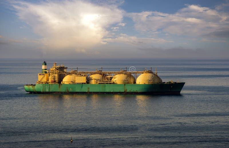 Bateau-citerne de GNL sur l'océan par le terminal de gaz image stock